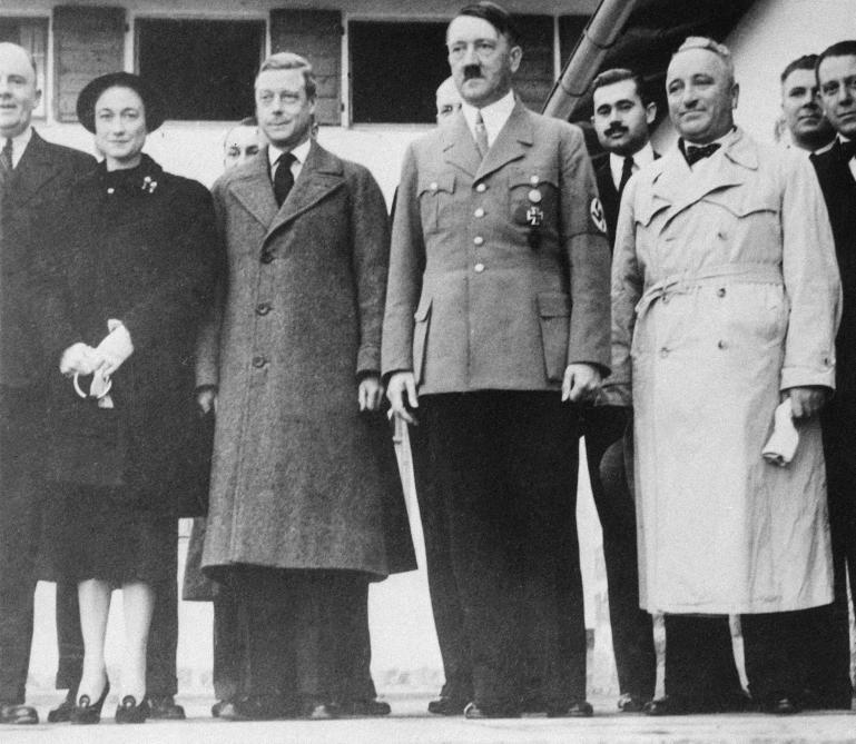 En 1937, lors d'un voyage de prospection en Allemagne, le duc et la duchesse de Windsor sont reçus par Adolf Hitler dans son nid d'aigle de Berchtesgaden. L'ex-roi Edouard VIII est impressionné par le dictateur dont il souligne le regard magnétique.