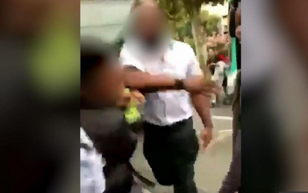 150 000 signataires pour défendre le conducteur de bus — Ado giflé