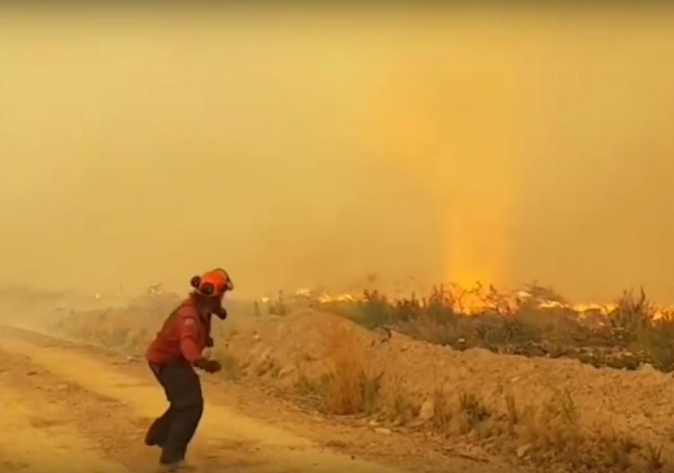 Des pompiers impuissants face à une impressionnante tornade de feu au Canada