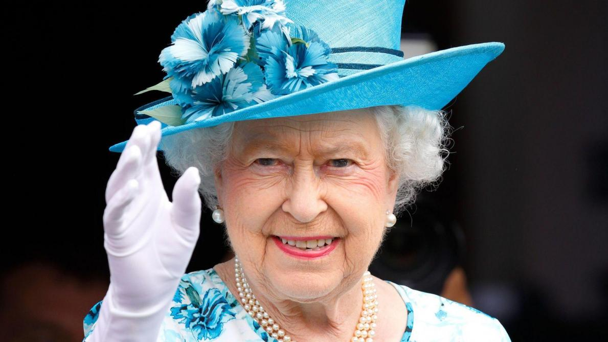 Ceci n'est pas la VRAIE main de la reine d'Angleterre — Attention