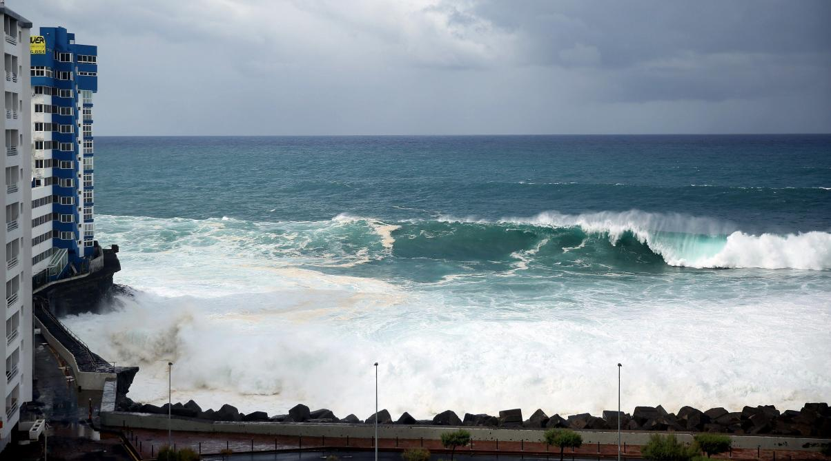 Îles Canaries : des vagues géantes emportent des balcons d'appartements