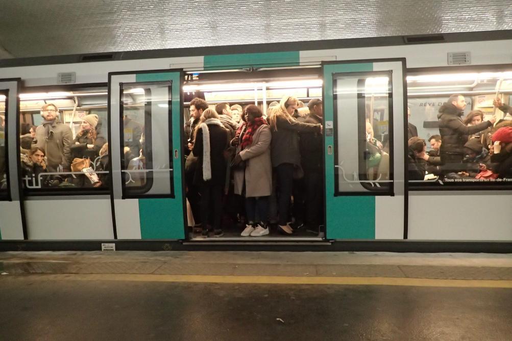Paris : une maman accouche dans le métro station Glacière
