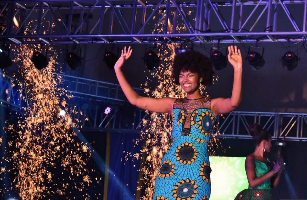 Les cheveux de Miss Afrique prennent feu pendant son couronnement !