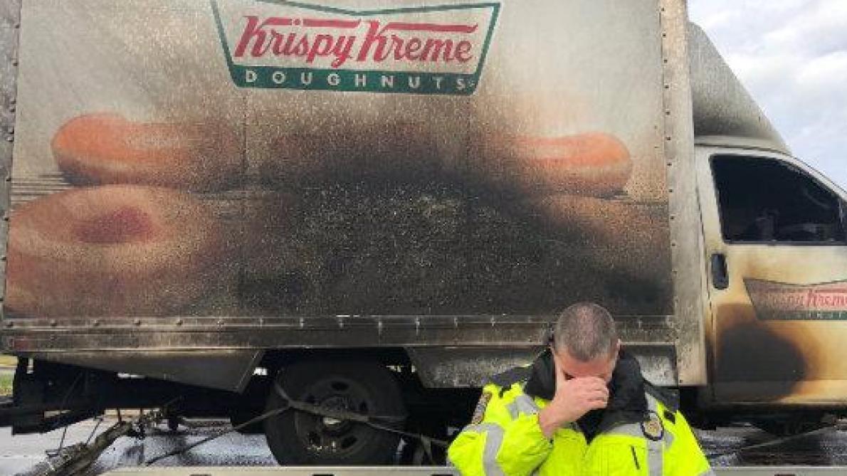 Des policiers américains en pleurs après l'incendie d'un camion de donuts