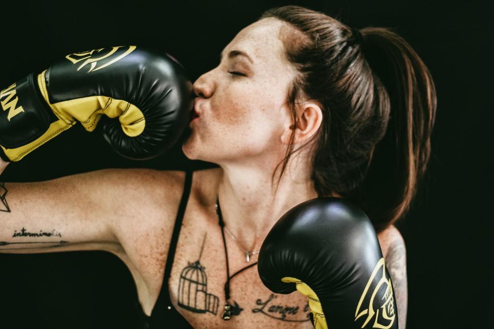 Un voleur attaque une championne de MMA, elle le met KO