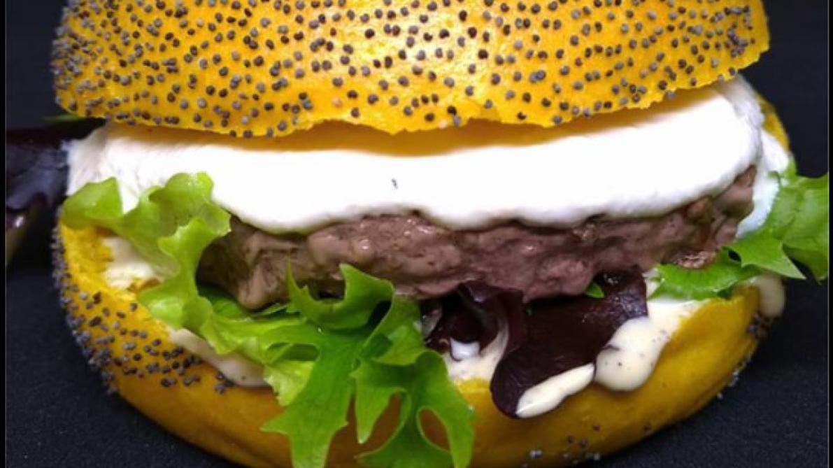 un burger gilles et john sauce lacrymog ne voit le jour en france soirmag. Black Bedroom Furniture Sets. Home Design Ideas