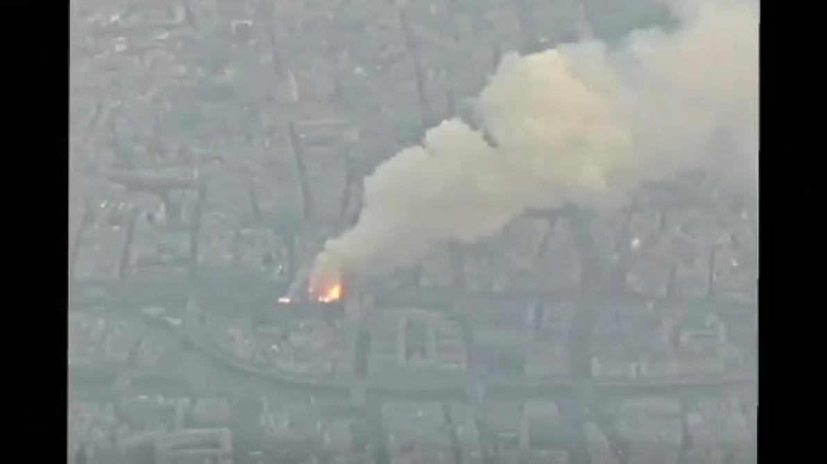 Un passager a filmé l'incendie de la cathédrale Notre-Dame de Paris depuis son avion (vidéo)