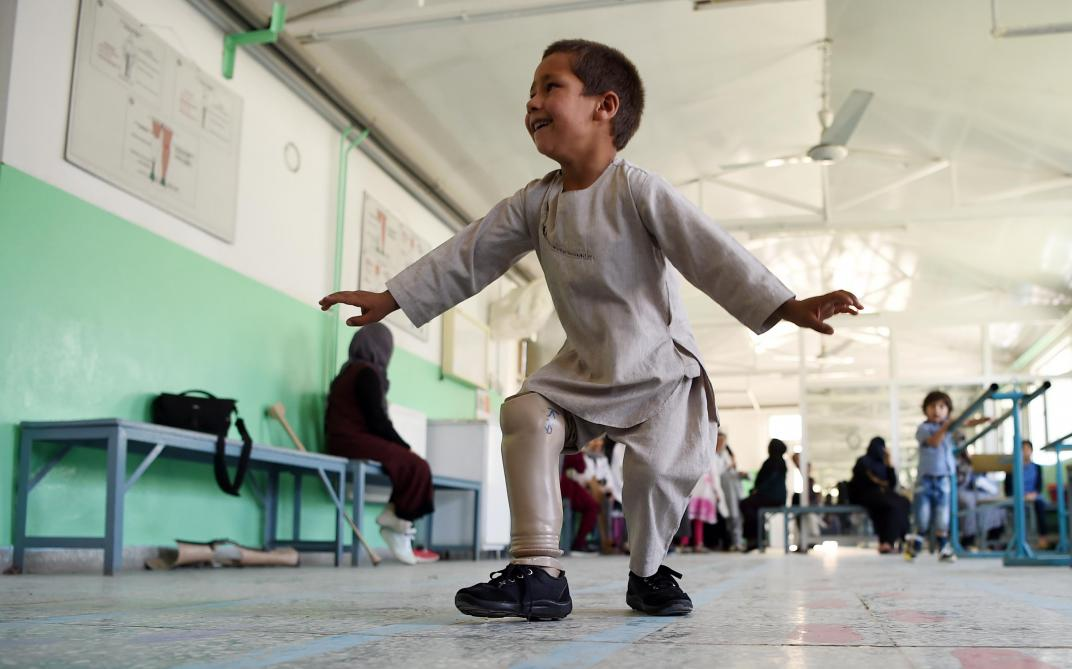 Afghanistan : heureux de marcher à nouveau, Ahmad, 5 ans, fête sa nouvelle prothèse en dansant