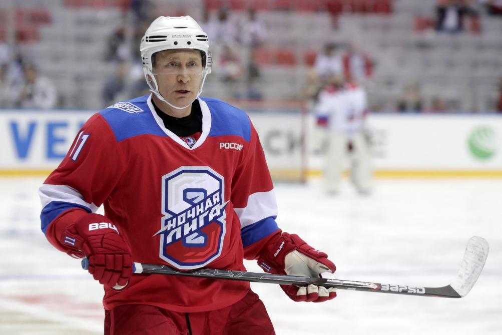 Le gadin de Vladimir Poutine après un match de hockey — Vidéo