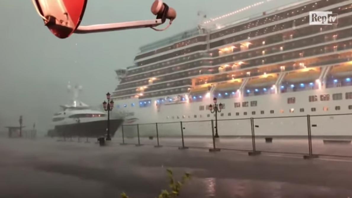 Un paquebot géant manque de s'écraser contre un yacht à quai — Venise