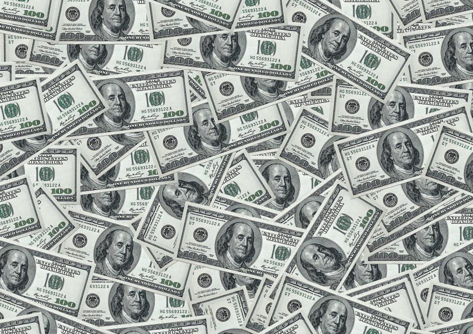 Un fourgon blindé perd des milliers de dollars sur l'autoroute — États-Unis