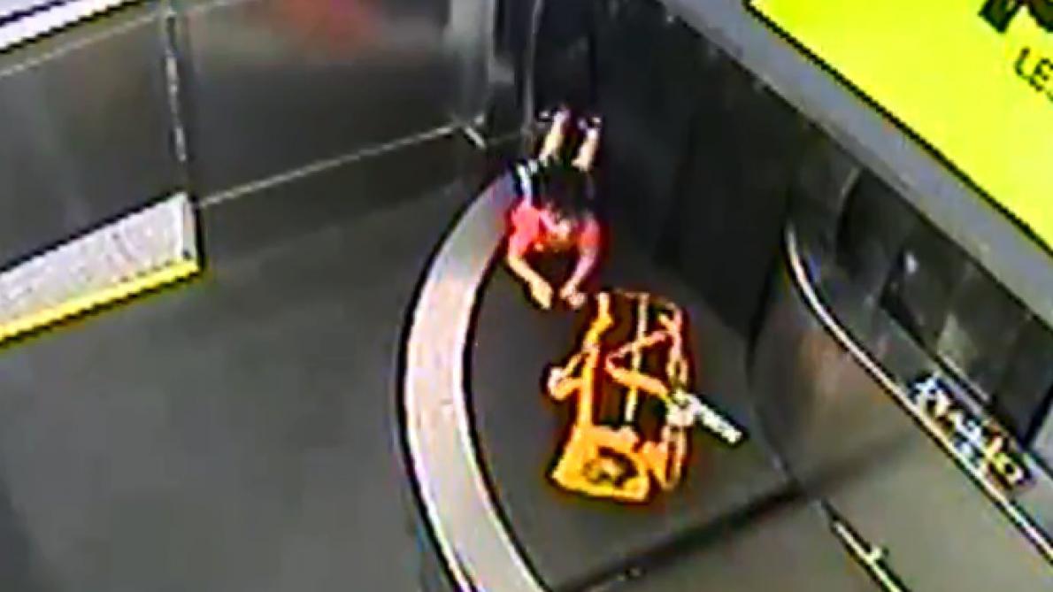 Un enfant de deux ans emporté par un tapis roulant dans un aéroport — Etats-Unis