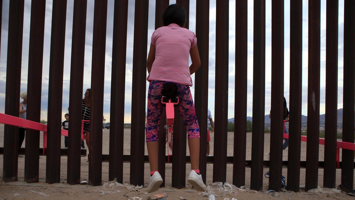 Ces balançoires permettent à des enfants américains et mexicains de jouer ensemble