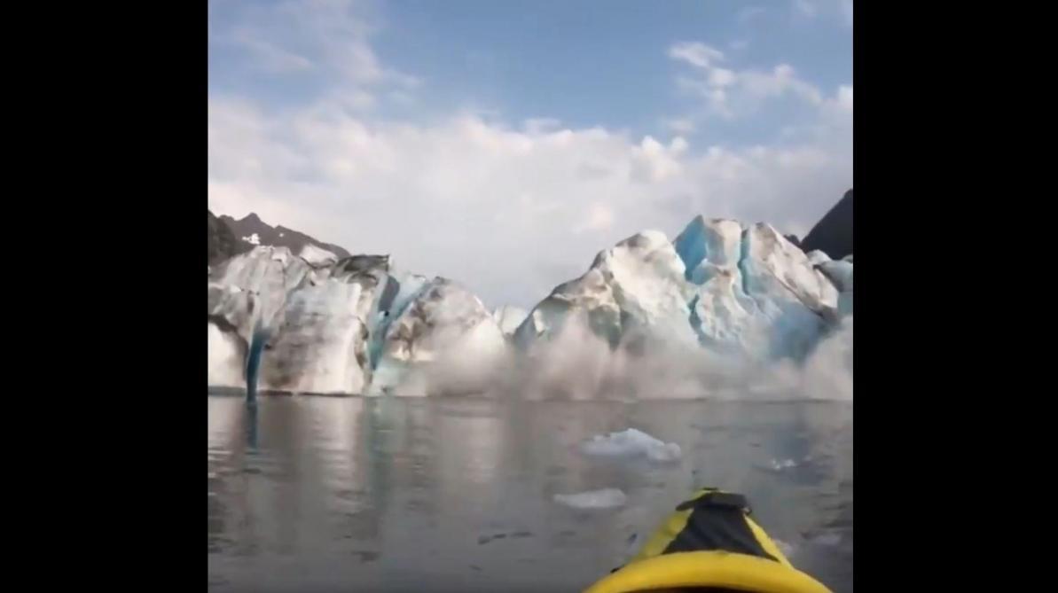 En Alaska, deux touristes assistent à l'effondrement d'un glacier depuis leur kayak et filment la scène (vidéo)