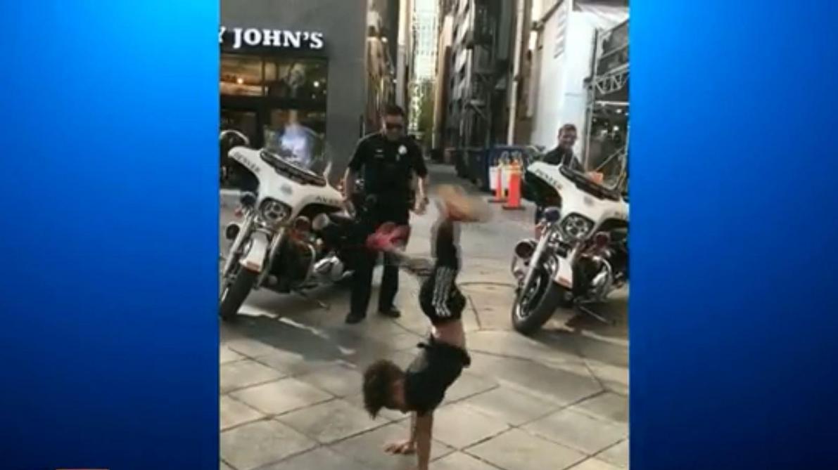 Quand un garçon de 7 ans et un policier se lancent dans une battle de breakdance endiablée (vidéo)