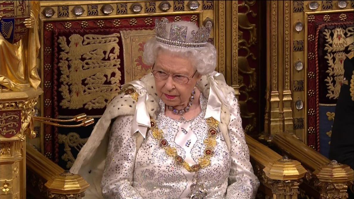 La Grande-Bretagne s'interroge: mais pourquoi la reine Elizabeth ne portait pas sa couronne au Parlement?