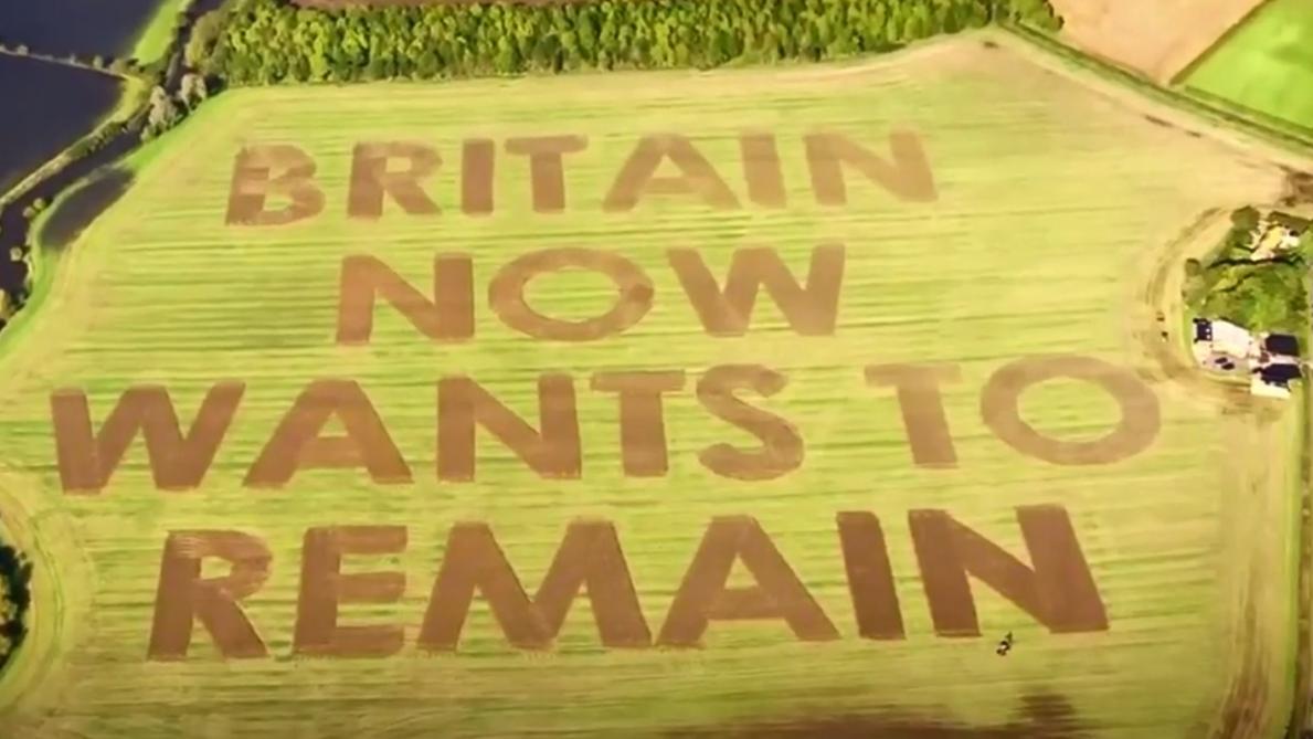 Il écrit un message anti-Brexit de 25.000 m² avec son tracteur (vidéo)