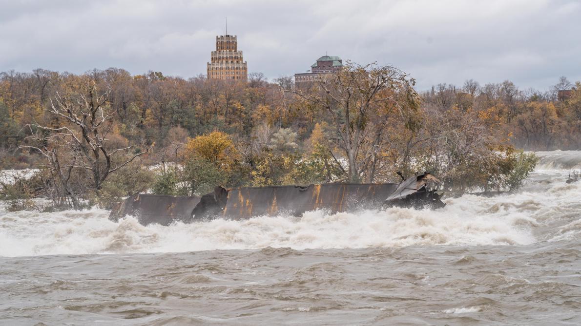 Ce bateau coincé se rapproche du bord des chutes du Niagara