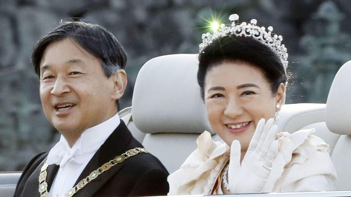 Le nouveau couple impérial du Japon acclamé