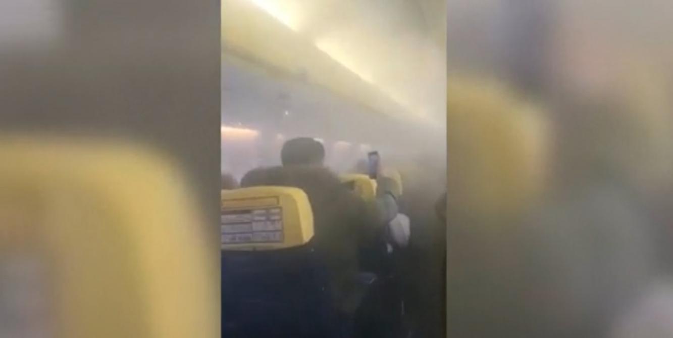 Grosse panique dans un avion Ryanair envahi par la fumée (vidéo)