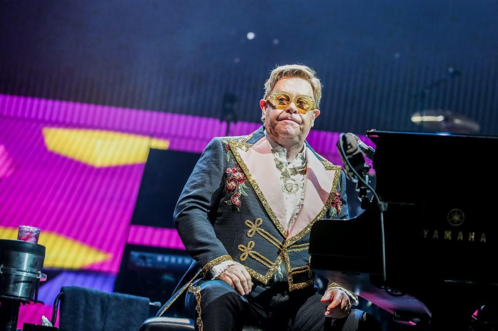 Malade et à bout de force, il interrompt un concert — Elton John