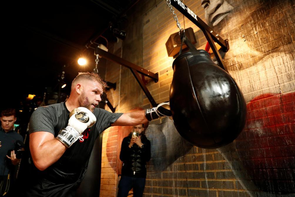Un boxeur dérape en faisant un tuto pour corriger sa femme