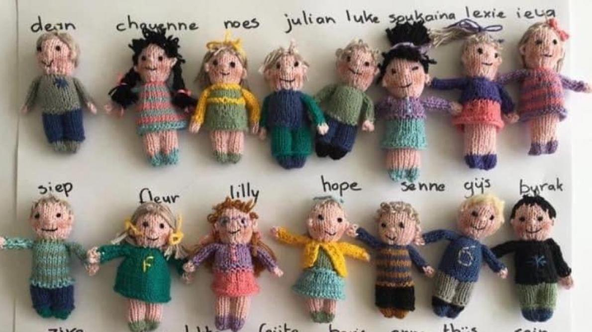 Une institutrice tricote une série de poupées représentant ses élèves: «Ils me manquent tellement»