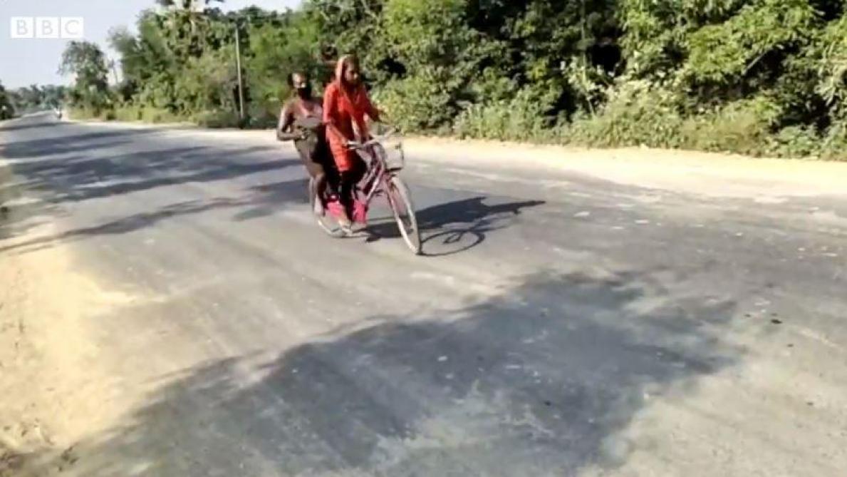 À 15 ans, cette Indienne parcourt 1.200 kilomètres à vélo avec son père handicapé à l'arrière (vidéo)