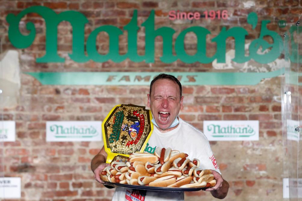 Joey Chestnut pulvérise son record et ingurgite 75 hot-dogs en 10 minutes