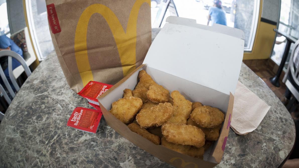 Une mère découvre des restes de masque chirurgical dans des nuggets McDonald's