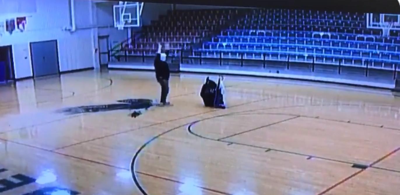 Sans savoir qu'il est filmé, le gardien d'une école réalise un superbe tir sur un terrain de basket-ball (vidéo) - Le Soir