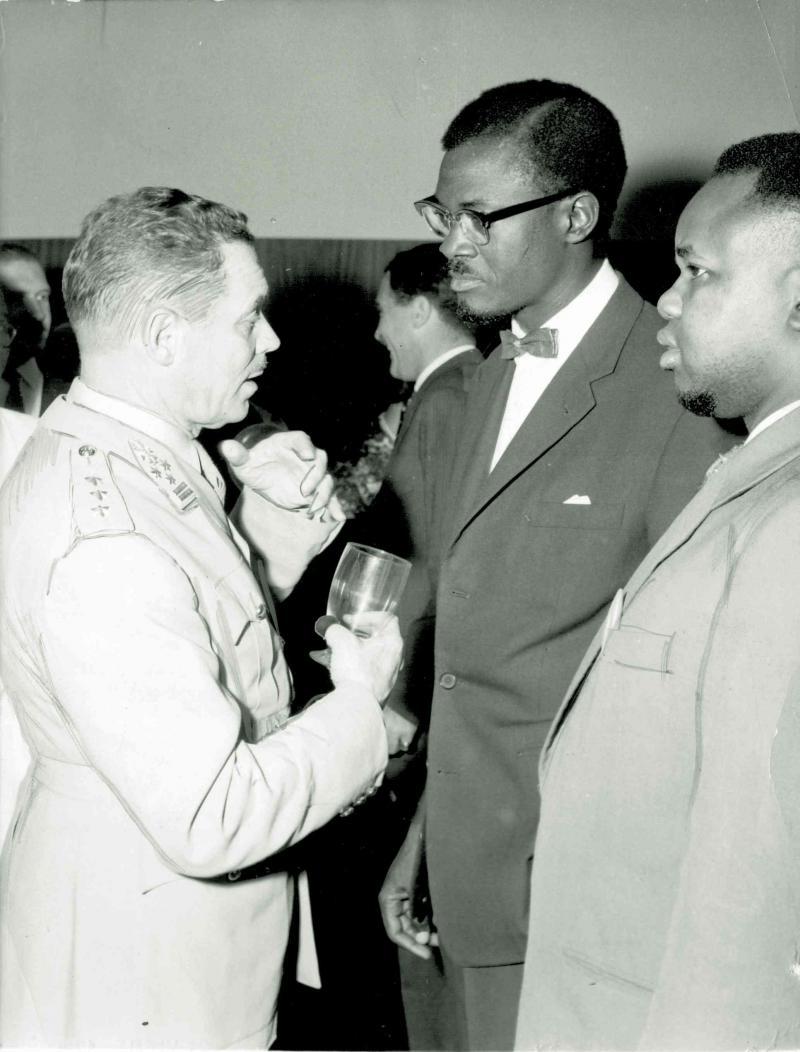 Le général Janssens et le Premier ministre congolais, Patrice Lumumba.