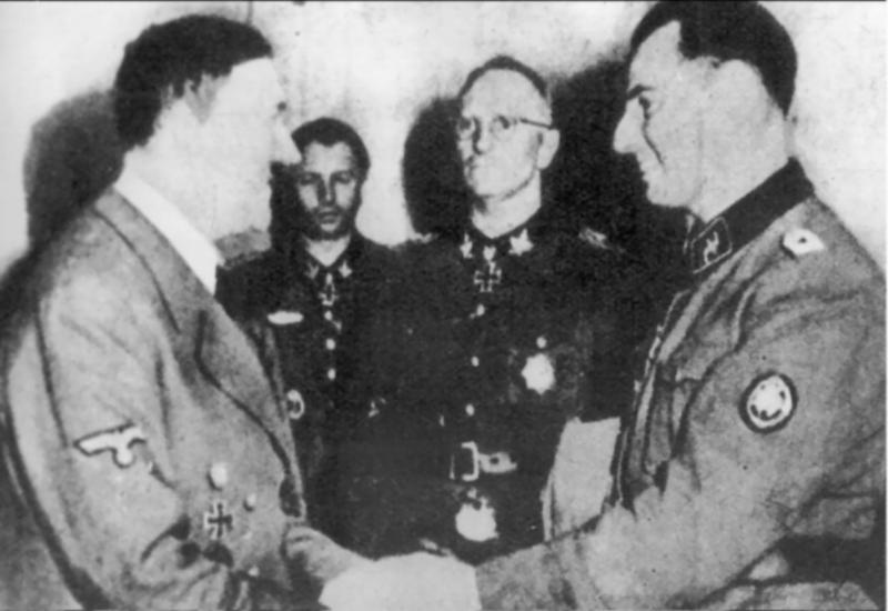 Degrelle a rencontré le dictateur nazi Adolf Hitler à plusieurs reprises, comme ici en 1944, après la sanglante bataille de Tcherkassy.