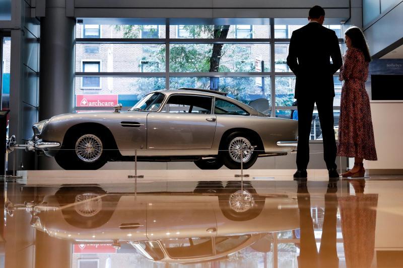 La légendaire Aston Martin de James Bond vendue aux enchères, gadgets compris (vidéo)
