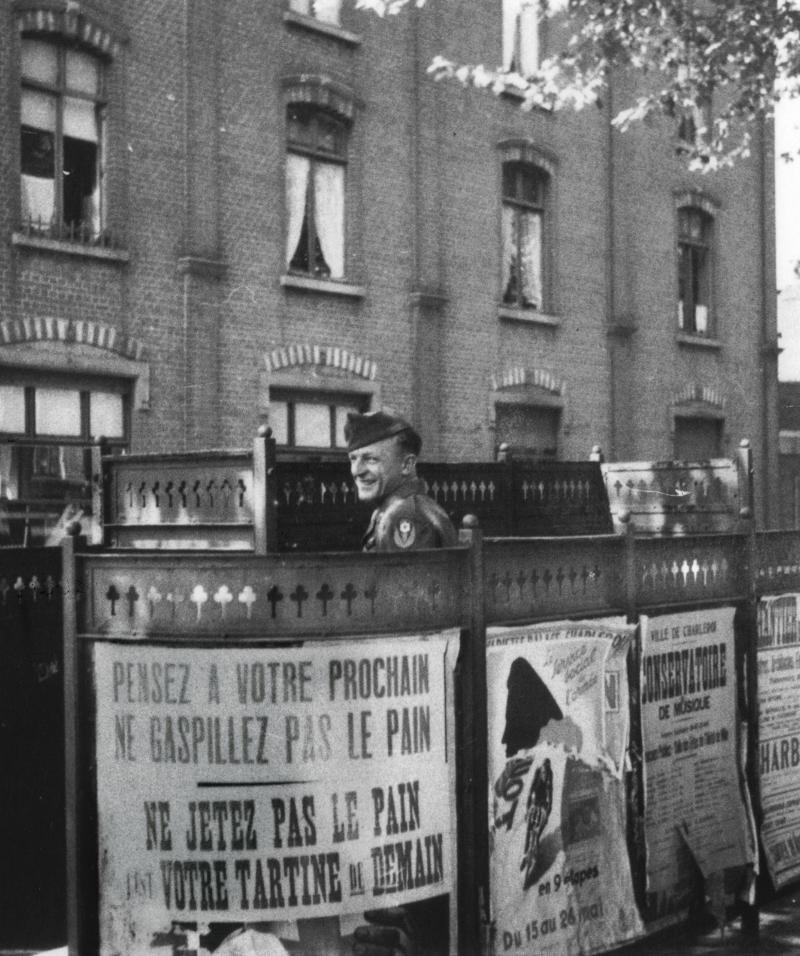 En 1944, un soldat américain dans un urinoir de Charleroi.